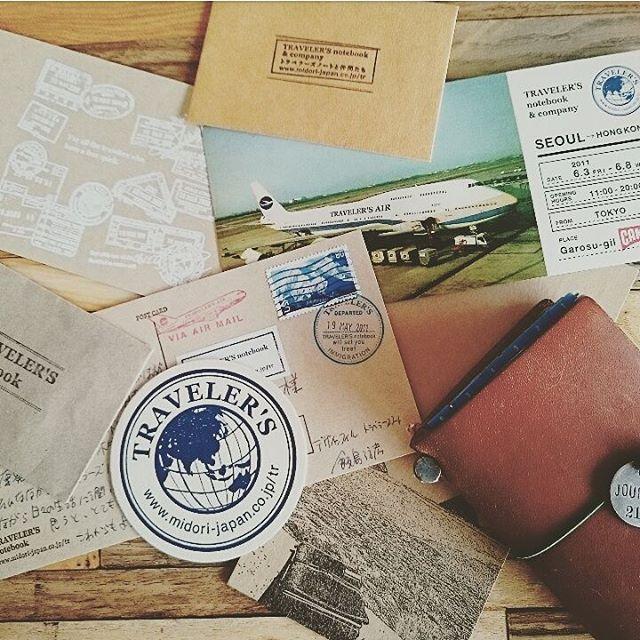 トラベラーズノートがまだあまり浸透していなかった時のこと。 みんなの投稿というのに写真を送り投稿してもらうと、そのお礼はステッカー数枚とトラベラーズノートの生みの親、飯島さんからの直筆メッセージだったのです😊 数枚あるお手紙を昨日久しぶりに手に取りました😊 そしたらそのうちの一枚に、 『最近では海外でも少しずつトラベラーズノートのファンが増えてきました。』 と書かれていました。 今ではすっかり海外のユーザーさんも多く、インスタでもたくさんの方が使われているのは、 飯島さんがこうやって一人一人のユーザーさんを大切にしてきたから今があるんだなーと… 勝手にしみじみ思いました(笑) ・ ・ #midoritravelersnotebook #travelersnote#travelersnotebook #journal#journaling#planner#diary #みんなの投稿 #トラベラーズノート #手帳#デザインフィル#飯島さん