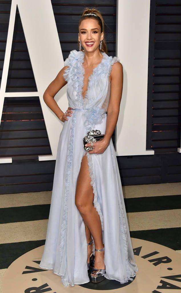 Jessica Alba de L'after-party Vanity Fair des Oscars 2017  L'actrice avait une silhouette allongée dans une robe pervenche avec des froufrous et un décolleté plongeant.