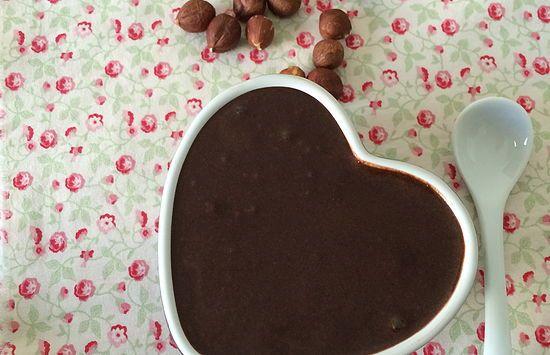 Sabe aquela pasta de avelãs deliciosa que todo mundo ama? Fazendo adaptações é possível ter uma versão levinha. Aprenda a receita de nutella light caseira.