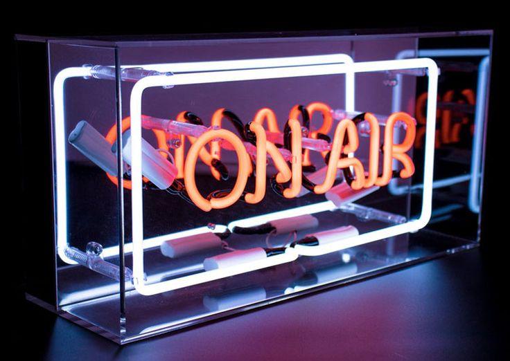 Lampe enseigne ON AIR en #néon  couleur rouge dans un cadre à poser en acrylique transparent incolore. Festif, fun et plein de peps, le néon vient réveiller la #décoration .