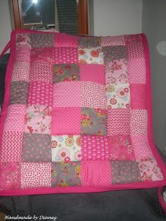 Voorkant boxkleed Juliëtte - roze en grijze tinten - roze rand en strikbanden