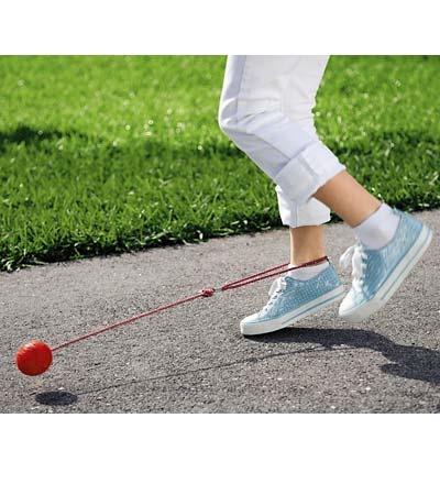 Springen over de bal, hoe het precies werkte weet ik niet meer, alleen dat je er blauwe plekken aan overhield van elke keer dat de bal tegen je benen vloog.