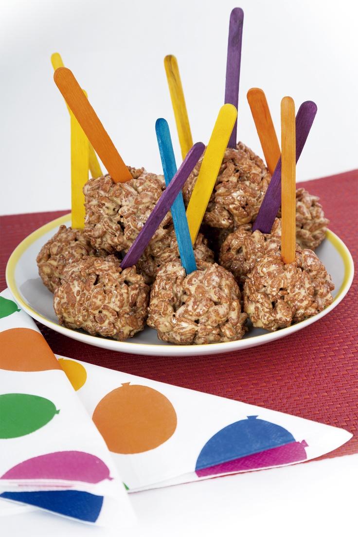 Diviértete con tus hijos preparando bombones de rice-krispies y café. Usa palitos y servilletas de colores y es perfecto para una fiesta.