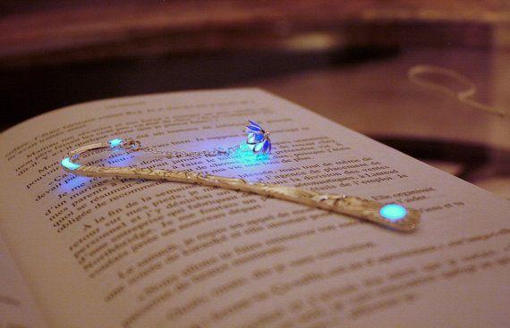 Flor de loto azul o púrpura marcadores brillan en la por Papillon9