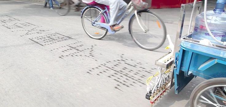 A l'occasion de la Beijing Design Week de 2011, l'artiste canadien Nicholas Hanna a dévoilé Tricycle Calligraphy, un véritable concept de vélo à trois roues, équipés d'une bonbonne d'eau afin de projeter, durant vos balades, des jets d'eau écrivant au sol des citations en chinois. Le vélo devient alors un véritable dispositif à projeter des …