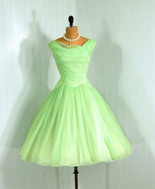 One of my favorite crayon colors:  spring green.  What a perfectly green 1950s dress for spring!  It makes me want to run to my sewing machine and whip out another 50s dress.