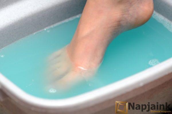 A köröm gomba akár komoly fájdalmakat is okozhat, ami akkor alakul ki, ha a láb sokáig van zárt, meleg, nedves helyen. Sajnos már egy többen használt zuhanyzóból vagy strandról is összeszedhető, ezért nem árt a fokozott óvatosság. A gombás fertőzés tünetei lehetnek egészenenyhék(kipirosodás, háml