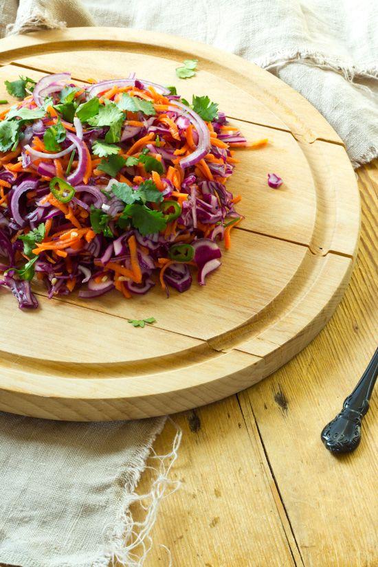 Pittige rode kool wortel rode ui salade. Snel en simpel. Kan van te voren gemaakt worden met de dressing. Bij gebakken aardappel of BBQ.