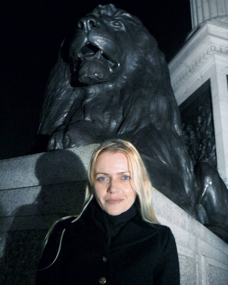 "173 Likes, 3 Comments - Gabriella Buzas (@epicstreetstyle) on Instagram: ""Lion & Leo 🌚🌝 . ."" all black blonde outfit wiw London lion Trafalgar square night nightscene"