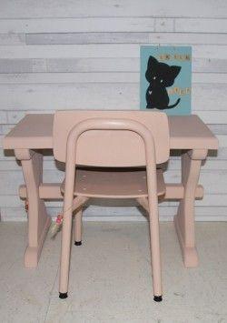 speeltafel en stoel kinderkamer of speelhoek. zalm/pink