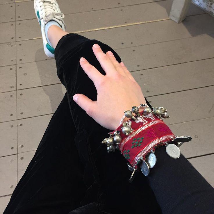 A banjara cuff on black velvet goes a long way 👌🏻 #banjara #cuff #velvet #blackvelvet #outfit 👯