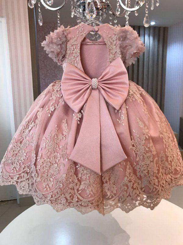 d47747d64 Vestido em renda rosa seco; Forro rosa seco; Cinto em pérola Laço rosa seco.