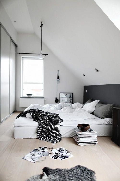 Biało-czarna sypialnia na poddaszu