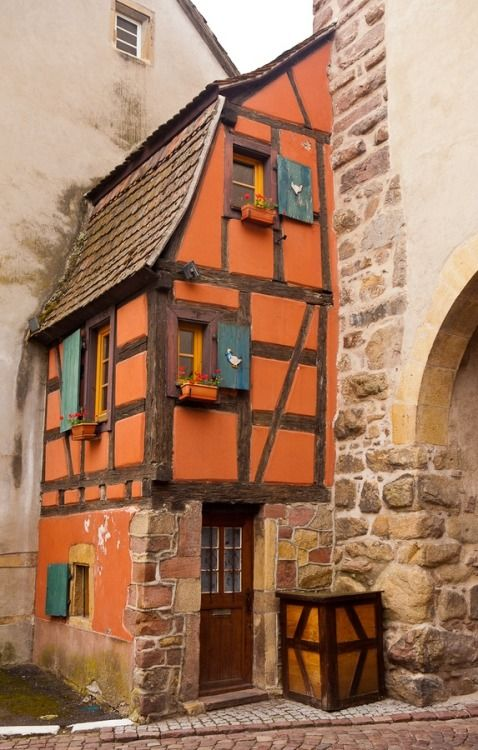 Maison à colombages adossée à la porte de Munster, à Turckheim, département du Haut-Rhin, Alsace, France