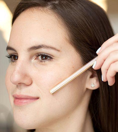 Usa un lápiz o el mango de una brocha, como guía, para perfilar tu pómulo: colócalo justo debajo de los pómulos (por debajo del hueso) para encontrar el ángulo adecuado para tu cara.