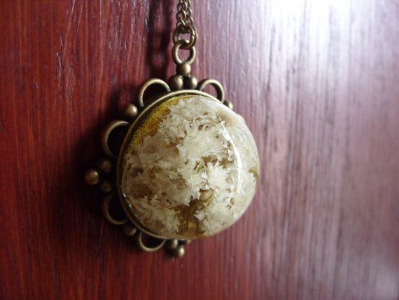 Retro necklace with flowers in resin by zusnA on Etsy