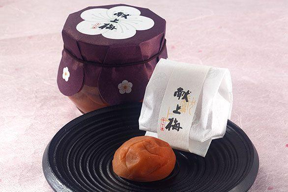 京都お土産ランキング、第7位は、見ただけで口の中がジュワ~ッとなる、肉厚の梅干し!祇園に本店を持つ京梅干しの専門店「おうすの里」の梅干しがランクインです。