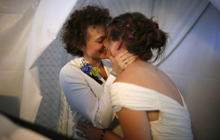 Un matrimonio a West Hollywood, in California. (Lucy Nicholson, Reuters/Contrasto)