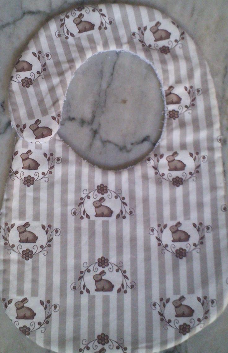 Babero hecho a mano con telas de patchwork y toalla