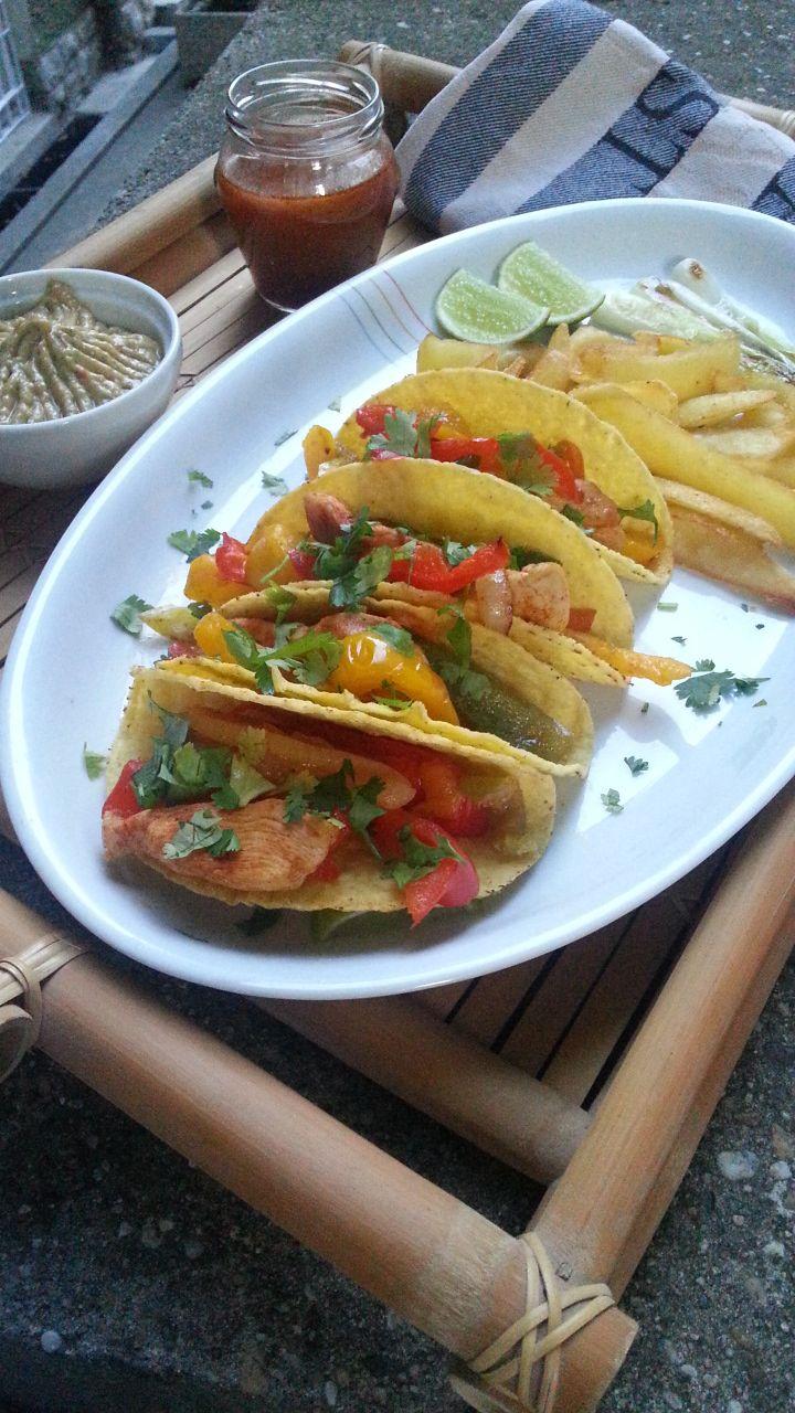 Tacos de fajitas con cilantro y guacamole prepared by Chef Nacho @ Los Carballos