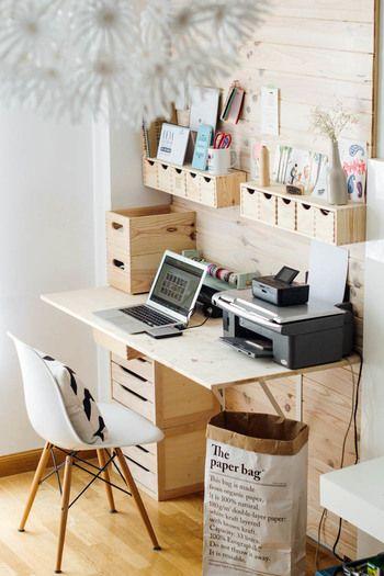 収納棚などを取り付けて、手作りで温かみのあるスタディルームに。木目の素材感を活かした色調はナチュラルな雰囲気で素敵ですね。
