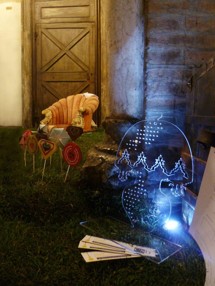 Un percorso incantato tra oggetti di design Made in Parma, un'ambientazione espositiva originale, dove gli oggetti, le realizzazioni grafiche, i progetti saranno disponibili al pubblico per conoscere la storia e le esperienze di ogni singolo elemento, interagire con le opere e conoscerne a fondo tutte le sue funzioni.