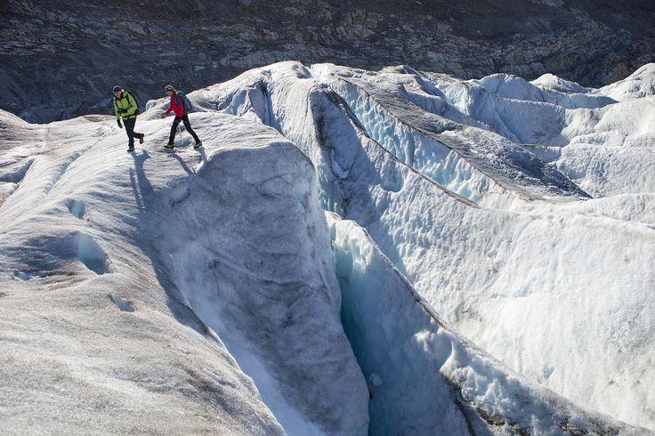 Over een afstand van 23 kilometer baant het eeuwige ijs van de grootste gletsjer in de Zwitserse Alpen zich een weg naar beneden. In gezelschap van een ervaren berggids kun je zelf voet zetten op deze reusachtige zee van ijs.
