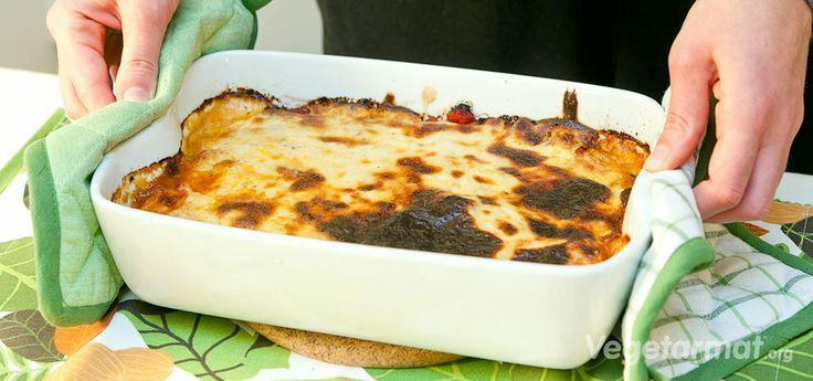 Dette er en vegetarmoussaka basert på en tradisjonel, gresk oppskrift med gresk yoghurt og friterte grønnsaker.