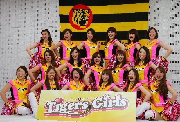 阪神タイガースのチアチーム「タイガースガールズ」のメンバー=京セラドーム大阪で、長谷川直亮撮影 ▼1Apr2014毎日新聞 タイガースガールズ:36年ぶりの「虎チア」今日デビュー http://mainichi.jp/sports/news/20140401k0000e050268000c.html #Tigers #Hanshin #Tigersgirls #Osaka #Japan