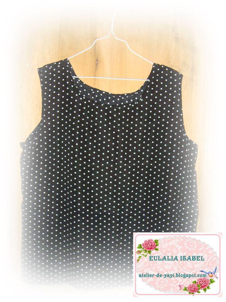 blusa sin mangas, en seda negra con puntitos blancos, ligera y fresca.