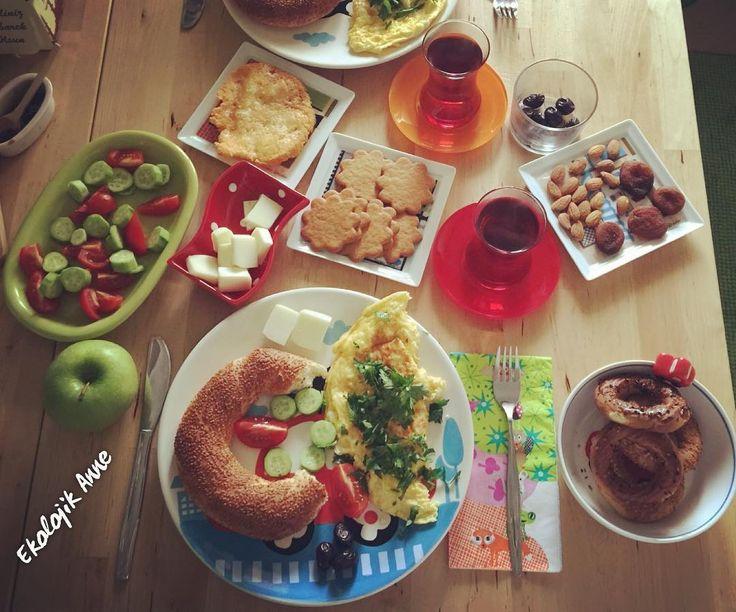 """Kahvaltının mutlulukla bir ilgisi olmalı. """"Cemal Süreya"""" #cemalsureya #siir  #peynir #lor #breakfast #kahvaltı #yumurta #egg #cay #istanbul #happy  #food #23weeks #happy #baby #ekolojikanne #ekolojik #doğal #organic #organik #sustainability #hamile #pregnant #bebek #omlet #simit #elma #mother #ekolojiksosyalgirişimci #hellim Re-post by Hold With Hope"""