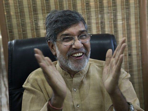 Kailash Satyarthi conversa com jornalistas em seu escritório em Nova Délhi, nesta sexta-feira (10), para comentar sobre seu Nobel da Paz (Foto: Bernat Armangue/AP)