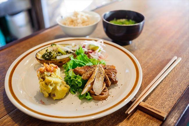 鎌倉で今、注目のエリア「大町」で、奥さんのいくよさんと一緒に総菜食堂「オイチイチ」を営む瀬木暁さん(33)。彼の人生のテーマは、「旅」と「音楽」だ。「誤解を恐れずにいうと、ここは飲食店ではなく、旅を