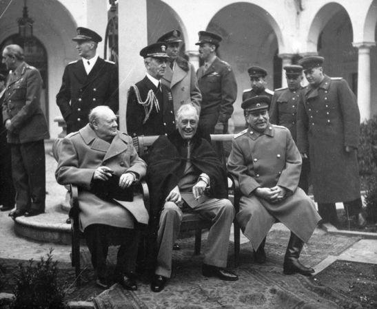 Winston Churchill, Franklin D. Roosevelt, Josef Stalin - 1945 Konferenz von Jalta (Krim). Deutschlands Aufteilung in 3 Besatzungszonen; Einigung über letzte strittige Punkte des Entwurfs zur Charta der Vereinten Nationen.