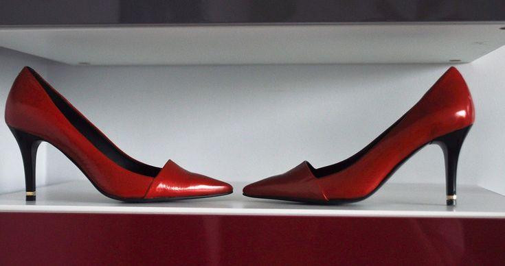 Zimowa aura ogarnęła już całą Polskę. Mimo tego, że większości miast doskwiera brak śniegu i przyjemnego mrozu, to ciepło galerii handlowych i banery wyprzedażowe znanych marek obuwia, poprawią humor każdej fance butów. Przyjemności ukryte w podeszwie Dzisiaj powiemy Wam, jak zakupy i inne drobne... http://kobieta.efirmowy.pl/kobiece-przyjemnosci-czas-na-buty/