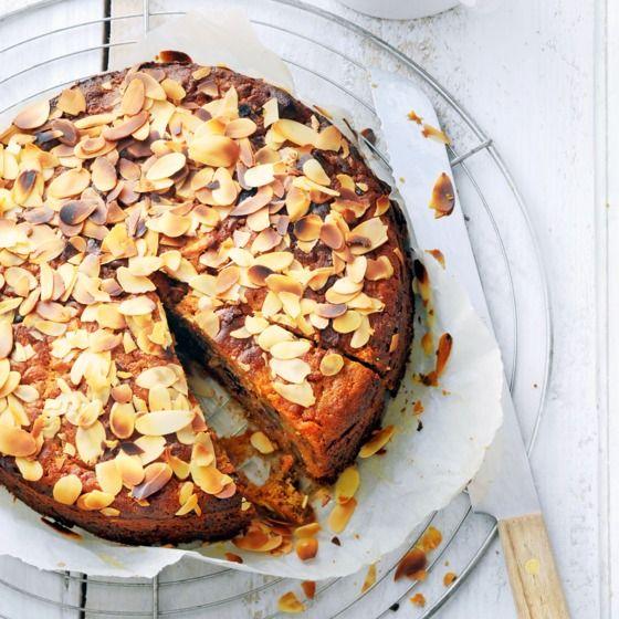 Wortel-dadeltaart met honing - Tip: bak de taart een dag van tevoren zodat de smaken goed kunnen intrekken. En smullen maar! #recept #bakken #JumboSupermarkten