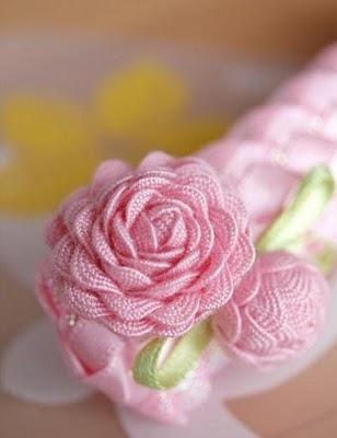 Paso a paso para hacer flores con cinta de piquillo o zig-zag.