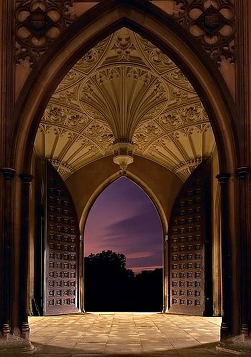 Breathtaking entrance and vista at the University of Cambridge, UK. Thanks to Janet Mooney for allowing me to discover it. -- Eve.