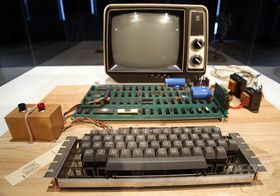 アップル初代コンピューター、「史上最高」9700万円で落札