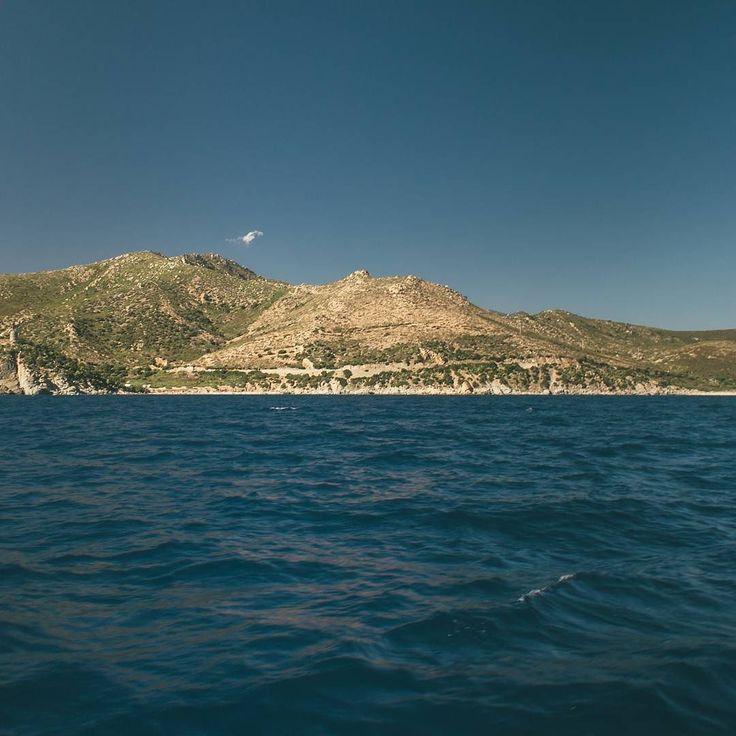 Acqua vento e roccia {2/3[12/]} (Sardegna)  Vedere le coste dal mare ha un fascino tutto suo! Posti che conosco benissimo assumono forme diverse da come le percepisco mentre sono li! Coste della Sardegna!  #maurizio.outlayer  1 immagine al giorno per 3 giorni così compongo una riga del mio profilo Instagram. Ogni riga rappresenta un racconto un viaggio o una visione. Ogni immagine è un mio scatto. www.outlayer.it // http://out.outlayer.it/2npHKkI  #sardegna #sardinia #mare #italia #sole…