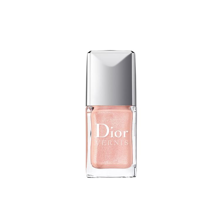 VERNIS by Dior Un esmalte para uñas que combina brillo con un verdadero tratamiento de belleza. Dior Vernis proporciona vitalidad y ayuda a que las uñas crezcan más fuertes y más rápido. Colores intensos combinados con un increíble brillo crean unas manos perfectas.