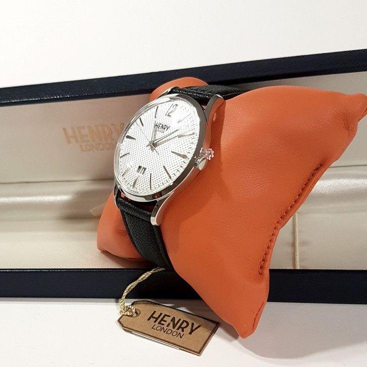 https://www.molisemarket.com/it/  Orologio Henry London HL41-JS-0021 Edgware Riferimento HL41-JS-0021 Condizione: Nuovo prodotto  Orologio Henry London HL41-JS-0021 Edgware Orologio da uomo con data  Questo orologio Henry London ha una cassa in acciaio inox con un diametro di 41 mm ed è dotato di un cinturino in Pelle. All'interno ha un movimento quarzo per orologi di qualità ed è finito con un vetro di tipo plexiglass.  L'orologio è impermeabile a 1ATM. L'orologio è fornito con 2 an