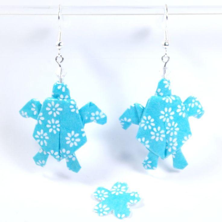 Boucles d'oreilles tortues de mer origami en papier japonais turquoise avec des petites fleurs blanches - 2501 : Boucles d'oreille par lepaslaid