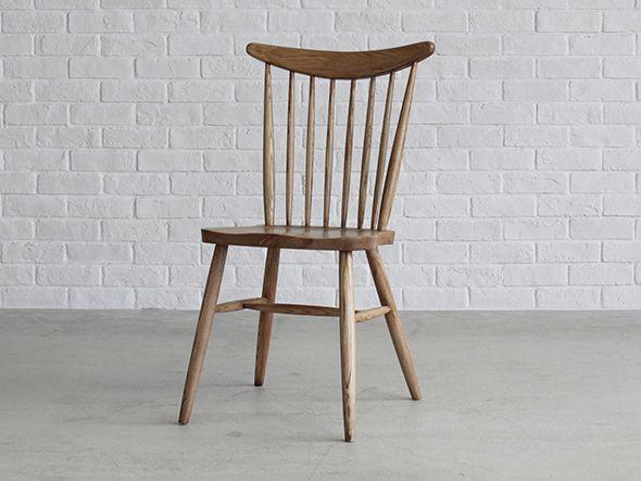 アンティークの椅子をモチーフとしてつくられたコールチェア。ずっと前から愛用してきたように思える、普遍的で飽きのこない一脚です。シートの掘り込みと丸みのあるハイバックは、まるで包み込まれているような独特の座り心地を感じさせてくれます。
