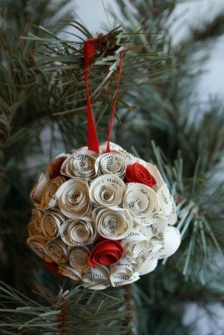 Pequenas rosas feitas de jornal revestem uma bola de isopor e criam um enfeite ecológico e criativo. A dica é da Adriana Magre, do blog Cores da Casa.