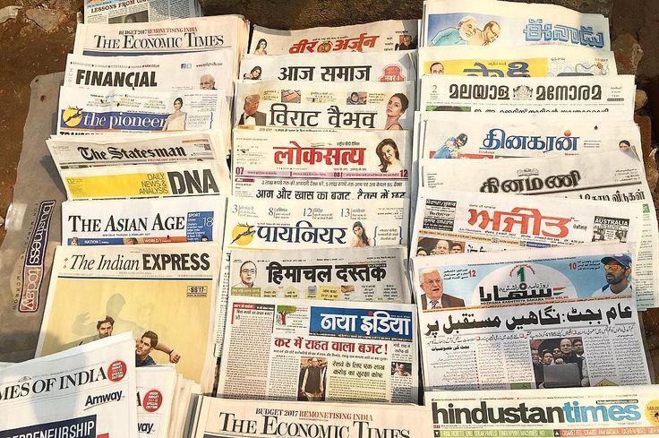 路上の新聞売り場 ヒンディー語を筆頭に英語パンジャブ語ベンガル語タミール語ウルドゥー語ラジャスターン語 いっぱいありすぎ それだけ色んなものが入り組んでいる国  唯一読める英語の新聞には結婚相手募集ページがあり 宗教別その他諸々別に自己紹介が書かれてて へぇとなった 新聞から見えるインド社会の一片 . . #india #life #trip #lifeinindia #scenery #newspaper #language #インド #インド暮らし #暮らし #インドの日常 #旅 #風景 #言語 #新聞 #紙もの