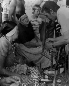 Exloo. Festival Oude Ambachten in de jaren zeventig. Dames in Drentsche klederdracht (werktenue) bezig met het spinnen van wol. Drents Archief #Drente
