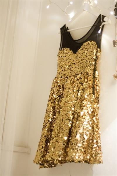 Платье в золотые пайетки