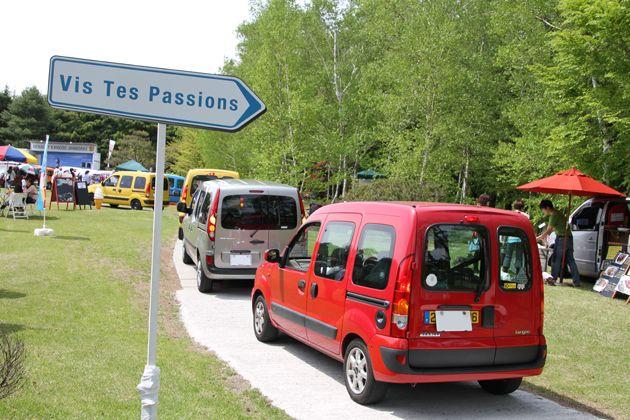 入場車両の列は一時会場の外まで伸びるほどに。[「ルノーカングージャンボリー2012」会場]   画像7   「ルノーカングージャンボリー2012」600台を超えるカングーたちが富士のふもとに大集合!