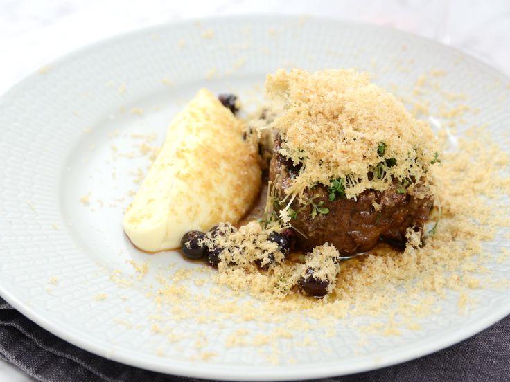 Oxfilé med rotsellerikräm, ingefärsinlagda svarta vinbär och rivet hasselnötssmör | Recept från Köket.se